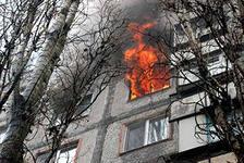 В Альметьевске пожарным мешали припаркованные машины эвакуировать мать с ребенком