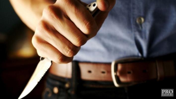 В Казани мужчина напал на полицейского с ножом и порезал ему лицо