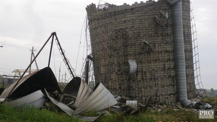 Фото: в Татарстане мощный ураган сорвал крыши с домов, повалил деревья и рекламные щиты